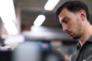 Zu sehen ist ein IT-Techniker. Er bietet IT-Services trotz Corona. Bild: Unsplash/ThisisEngineering RAEng