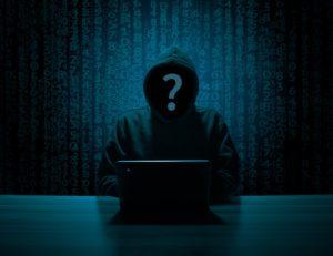 Das Bild zeigt einen Mann mit Kapuze, dessen Gesicht nicht sichtbar ist. Cyberkriminelle nutzen Corona für ihre Machenschaften. Bild: Pixabay/B_A